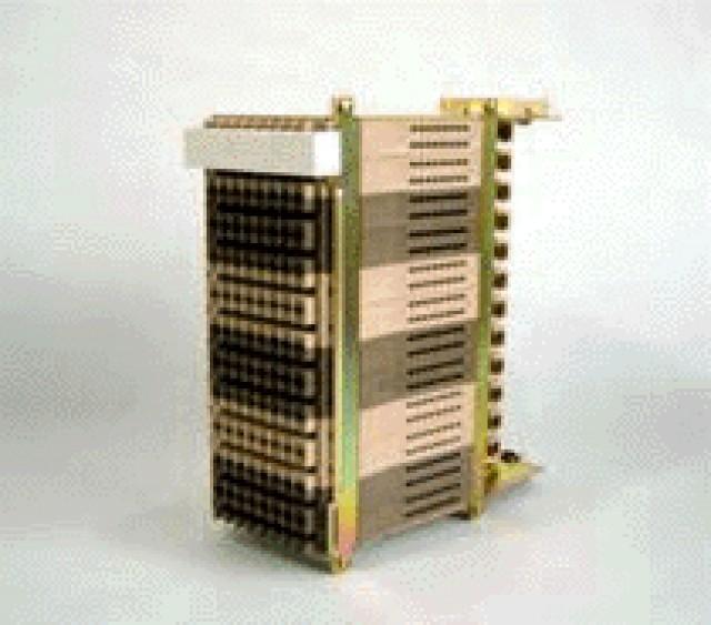 フレッツ・ADSLや他事業者によるADSL提供等に伴い、新たに端子板および保安器モジュールを設置する必要がありますが、現状のMDFでの端子板類の設置状況を踏まえると今後の需要動向によっては、MDFの行き詰まりが想定されるため、その対処の一環として、MDFの装置収容ケーブル成端用として導入されている40号保安器モジュールを、200号U試験弾器、200号U端子板等と同じ180mmピッチで取付け可能な45号保安器モジュールを提案致しました。